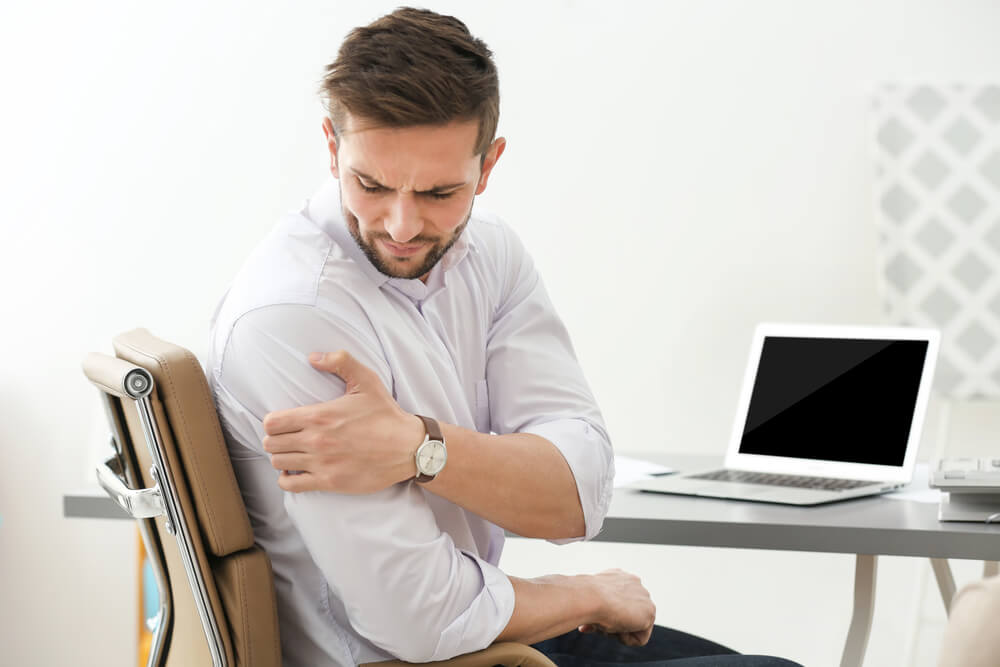 It can be hard to know when your shoulder pain has reached a point where a physical therapist should help. This guide can help you make that decision.